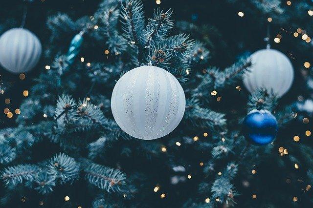 vánoční stromek, bílé baňky
