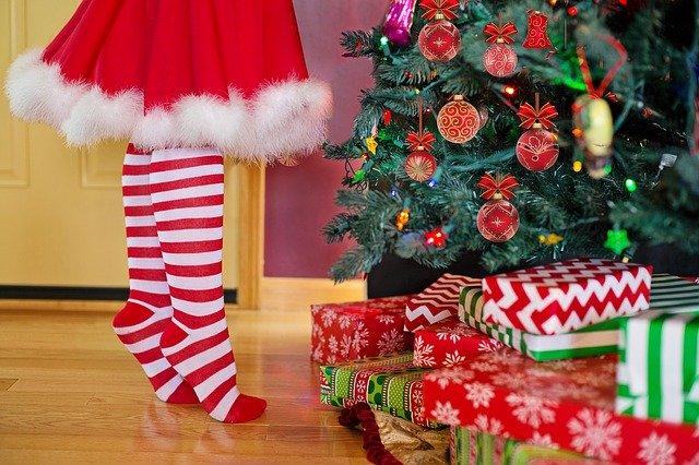 nohy a vánoční stromek