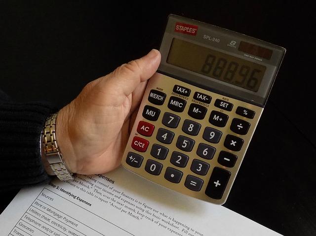 kalkulačka v ruce