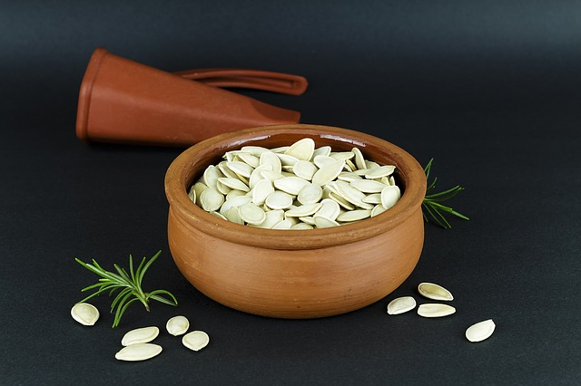 dýňová semínka v misce
