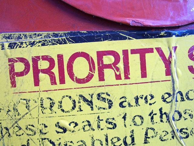 """anglické slovo """"Priority"""" znázorňující text jako nejvyšší prioritu webu"""